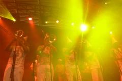 A banda se apresenta no palco do Circo Voador no Baile de 2015
