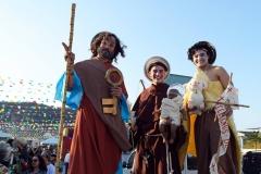 Os santos Antônio, João e Pedro sobre pernas de pau no BoulevardRio Shopping em 2016.