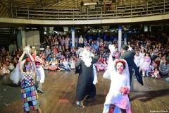 As noivas arremessam os buquês no arraiá do Circo Voador em 2016